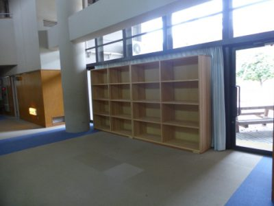 玄関入り口前ポーチと1階廊下に荷物(収納)棚を設置しました。