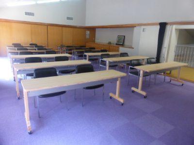 荷物(収納)棚と会議用テーブル、被害木ベンチを設置しました