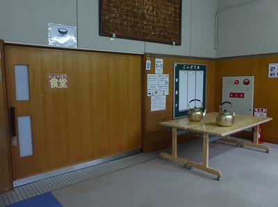 会議用テーブル(奥行600mm)設置状況 ② 食堂入り口前2台-2