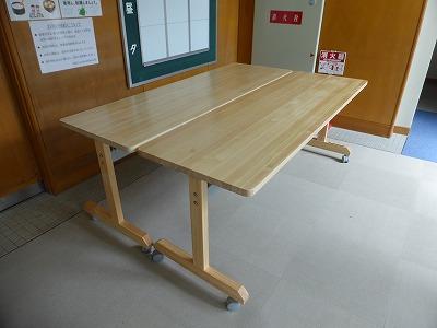 会議用テーブル(奥行600mm)設置状況 ② 食堂入り口前2台